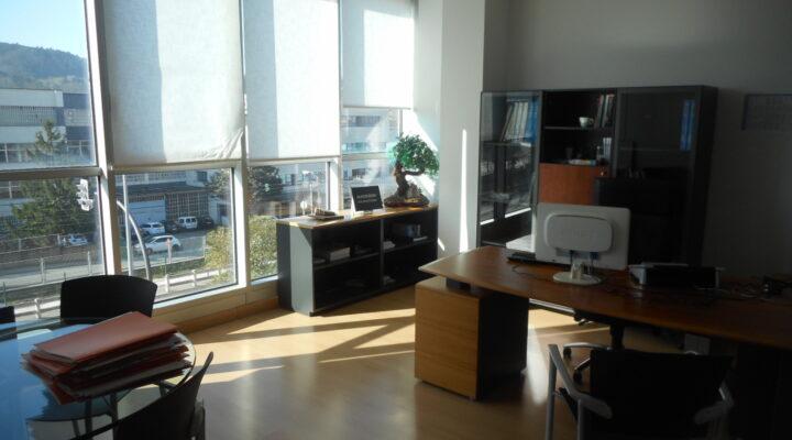 Oficina en Edificio Moderno de Derio con 2 Parcelas de Garaje.